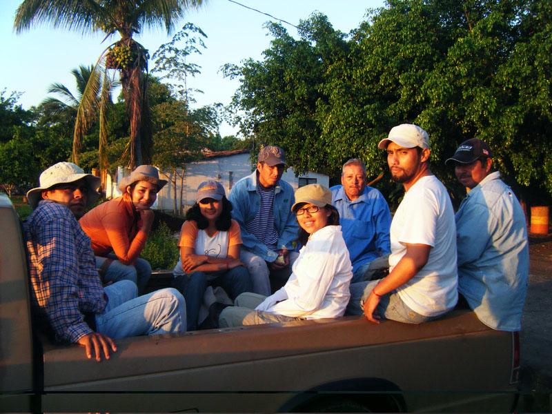 De izquierda a derecha: Rodolfo Parra Ramírez (jefe de campo), Celina Pérez Mota (estudiante de la Universidad Veracruzana), Ariadna Abigaíl Gómez (estudiante de la Universidad Veracruzana), Fredie (trabajador local), Marisela (estudiante de la Universidad Veracruzana), Don Abraham (trabajador local), Ramón López Montes (arqueólogo), Don Justino (trabajador local)