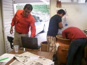 Rodolfo Parra con estudiantes analizando