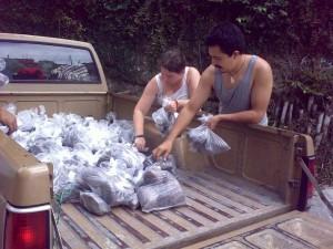 Natalia & Jonathan descargando el material