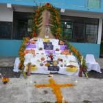 Diferentes altares creados por alumnos de escuelas preparatorias locales